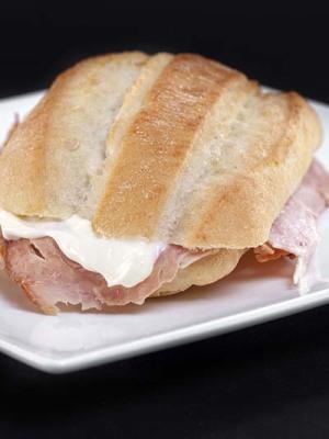 Bocata pollo carloteña con mayonesa