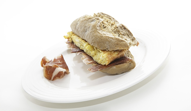 Bocadillo en Pan de centeno, con tortilla de patatas, cebolla y jamón