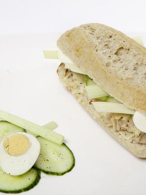 Bocadillo en pan de avena con atún, pepino, apio y queso emmental gratinado