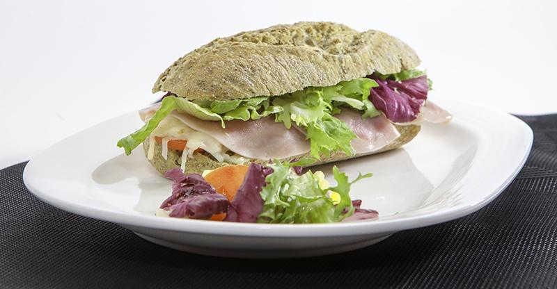 Bocadillo vegetal en pan verde 1