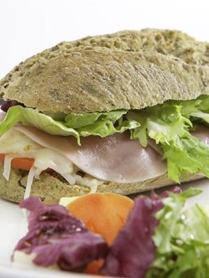 Bocadillo vegetal en pan verde