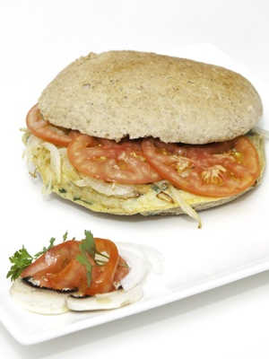 Mollete integral,tortilla de champiñones y perejil con cebolla pochada y tomate natural