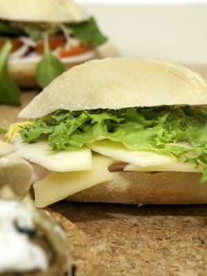 Montaditos Lonchas de pavo con queso emental,manzana laminada y escarola con ceite de oliva