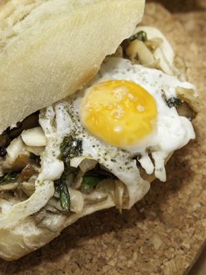 Setas picadas, salteadas con ajo,perejil y pimienta negra acompañado de un huevo de codorniz a la plancha