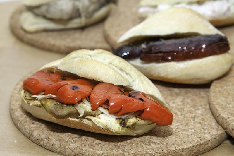 Montadito Berenjena ,pimientos rojos, cebolleta fresca