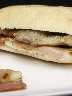 Panvillo tradicional con chuleta de cabezal de cerdo en salsa,con ajos y manzanilla de Sanlúcar