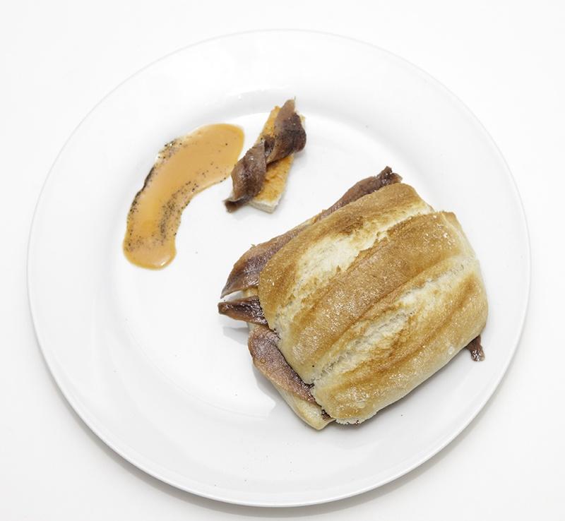 Miniartesana,con salmorejo,sardinas anchoadas,toque de pimienta negra