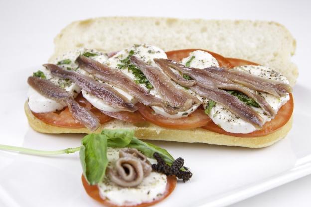 Viena premium con anchoas,mozarella fresca,hojas de albahaca,pimienta molida negra de la india