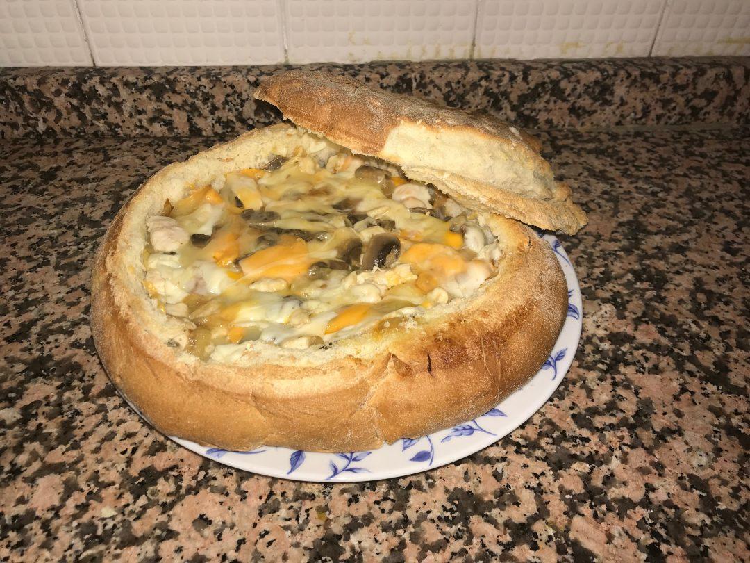 Pan de Kilo relleno de champiñones, cebolla, pollo y queso