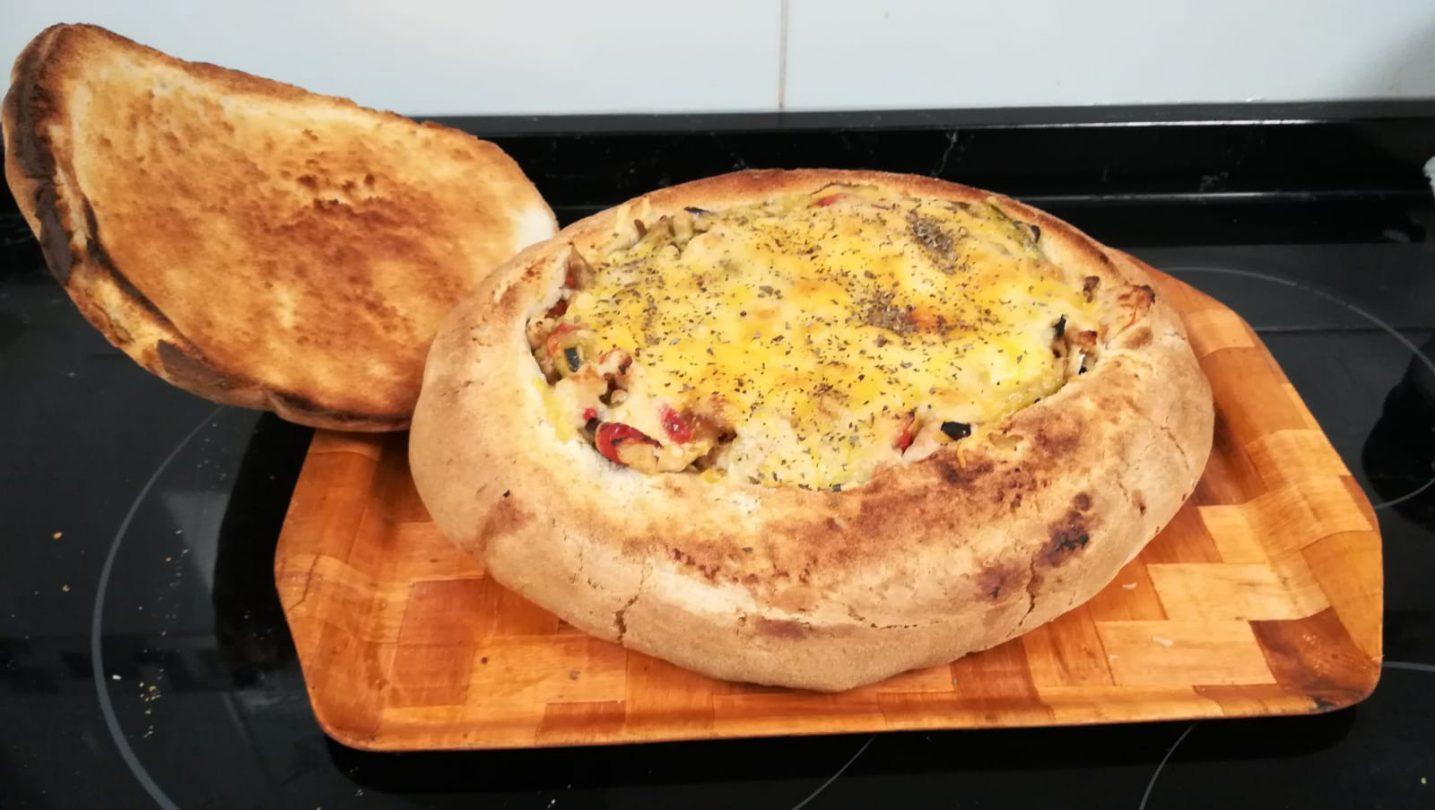 Pan de kilo relleno de pimiento rojo y verde, berenjena, calabacín y tiras de pollo con queso de fondue